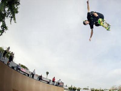 在传奇滑手Grosso新修建的U池上飞一会!