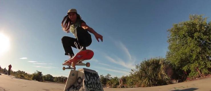 女滑手Fabiana Delfino与Santa Cruz Skateboards队伍的第一次旅行