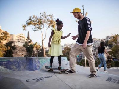 【滑板废观点】再穷不能穷滑板,在贫民窟边上修建滑板场